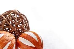 Boules de Noël faites de matériaux naturels sur le fond blanc image libre de droits