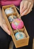 Boules de Noël formées comme globe dans la boîte Photographie stock
