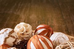 Boules de Noël ou décoration de Noël faite de matériaux naturels photo stock