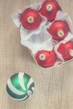 Boules de Noël rouges et vertes dans une vue supérieure de panier en bois de vin Images stock