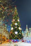 Boules de Noël sur des branches d'arbre dans la place rouge Photo libre de droits