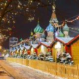 Boules de Noël sur des branches d'arbre dans la place rouge Photo stock