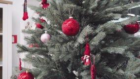 Boules de Noël sur l'arbre de Noël Concept de vacances d'hiver 4K banque de vidéos