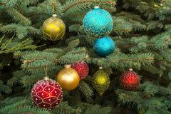 Boules de Noël sur l'arbre de Noël images libres de droits