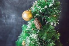 Boules de Noël sur l'arbre de Noël Joyeux Noël photographie stock libre de droits