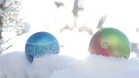 Boules de Noël sur la branche couverte de neige de sapin clips vidéos