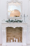 Boules de Noël sur la cheminée Photo stock
