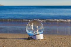 Boules de Noël sur la plage image libre de droits