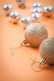 Boules de Noël sur le fond brun clair Photo libre de droits