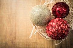 Boules de Noël sur le fond en bois brun Carte de Noël photo stock