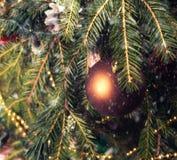Boules de Noël sur les branches avec les flocons de neige en baisse image libre de droits