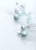Boules de Noël sur un fond en pierre blanc avec la neige image libre de droits