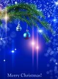 Boules de Noël sur une branche impeccable et des lumières de fête lumineuses Image libre de droits