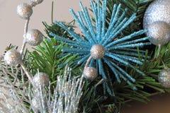 Boules de Noël sur une guirlande de Noël Image libre de droits