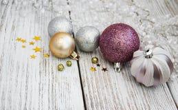 Boules de Noël sur une table Image libre de droits