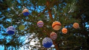Boules de Noël accrochant sur des branches de pin couvertes de neige clips vidéos