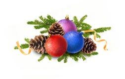 boules de Noël, cônes de pin et branches de sapin Images stock