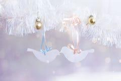Boules de nouvelle année et oiseaux de carton sur le fond magique Images libres de droits