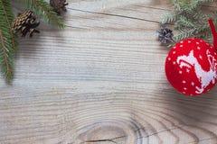 Boules de Nvogodnie avec l'arbre de Noël sur le fond en bois photographie stock libre de droits