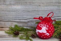 Boules de Nvogodnie avec l'arbre de Noël sur le fond en bois image libre de droits