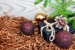 Boules de Nvogodnie avec l'arbre de Noël sur le fond en bois photos libres de droits