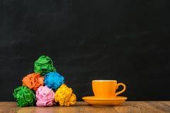 Boules de papier de couleur d'arc-en-ciel empilées dans la montagne Image stock