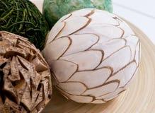 Boules de papier décoratives sur un plateau en bois Photos stock