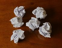 Boules de papier sur un bureau Images libres de droits