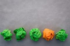 Boules de papier vertes et par orange chiffonnées jpg Photographie stock