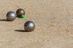 Boules de Petanque sur le plancher de la cour de jeu photographie stock