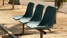 Boules de Petanque de vintage sur la vieille chaise bleue photo stock