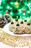 Boules de poulet avec du fromage et le persil de Philadelphie, décorés comme des boules de Noël Nourriture de Noël Photos stock