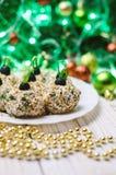 Boules de poulet avec du fromage et le persil de Philadelphie, décorés comme des boules de Noël Nourriture de Noël Photo stock
