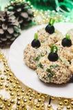 Boules de poulet avec du fromage et le persil de Philadelphie, décorés comme des boules de Noël Nourriture de Noël Photos libres de droits