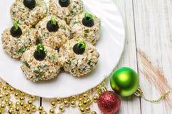 Boules de poulet avec du fromage et le persil de Philadelphie, décorés comme des boules de Noël Nourriture de Noël Image stock