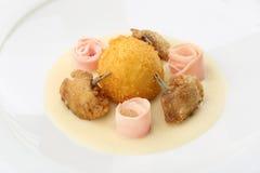 Boules de poulet - panées, les boules cuites à la friteuse remplies d'oeuf et de jambes de poulets ont servi le lard, purée de cé Photo stock