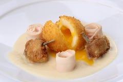 Boules de poulet - panées, les boules cuites à la friteuse remplies d'oeuf et de jambes de poulets ont servi le lard, purée de cé Images stock