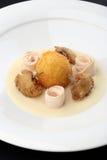 Boules de poulet - panées, les boules cuites à la friteuse remplies d'oeuf et de jambes de poulets ont servi le lard, purée de cé Photographie stock libre de droits