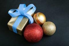 Boules de présent et de Noël à l'arrière-plan noir Image stock