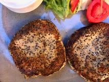 Boules de Quiona avec de la salade au restaurant végétarien photos stock