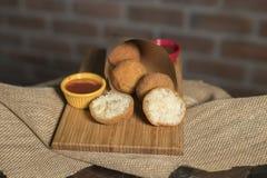 Boules de risotto avec des sauces sur le bois photographie stock libre de droits
