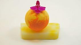 Boules de savon avec des fleurs d'orchidée Image stock