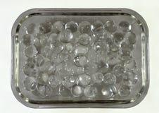 Boules de silicone dans un bol en verre rectangulaire Image libre de droits