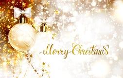 Boules de soirée de Noël avec des arcs et des guirlandes d'or Le lettrage d'or de Joyeux Noël sur l'éclat a miroité fond Image stock