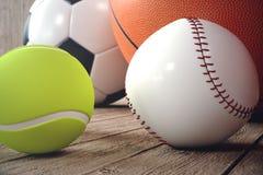 boules de sport du rendu 3d sur le backgorund en bois Ensemble de billes de sport Équipement de sport tels nous le football, bask illustration de vecteur