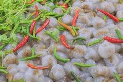 Boules de tapioca faites à partir du riz visqueux et de x28 ; Sago& x29 ; Rempli du porc haché ou Chickken et radis mariné doux Images stock