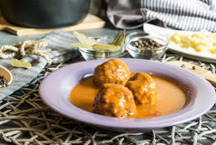 Boules de viande de boeuf en sauce tomate photographie stock