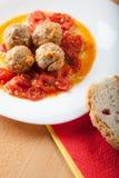 Boules de viande sur la sauce tomate photos stock