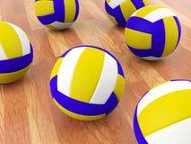 Boules de volleyball sur le plancher de parquet Photographie stock libre de droits