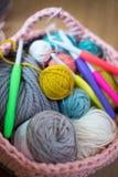 Boules des aiguilles de fil et de crochet dans le panier de laine tricoté Images libres de droits
